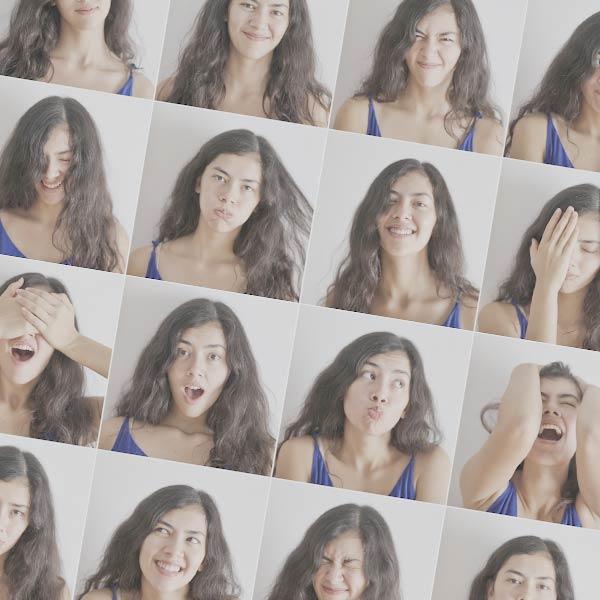 Seminare für Frauen: Junge Frau zeigt verschiedene Gesichtsausdrüke